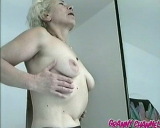 showing her mature cunt